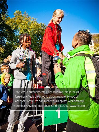 Prijsuitreiking, Maliebaanloop, Podium, Beker, Rianne Schenk, Kadidja N Sangare, Arjan Pathmamanoharan, Michel Reij Sport & Portret, Www.mreij.nl, Sportfotografie, Portretfotografie, Atletiek, Track & Field, Leichtatletik, Athletics, атлетика, 田径运动, 陸上競技, Atletismo, Athlétisme, Atletiko, Gymnasticaque, Atletizm, Atletica, الالعاب الرياضية, AV Phoenix, Maliebaan, Utrecht